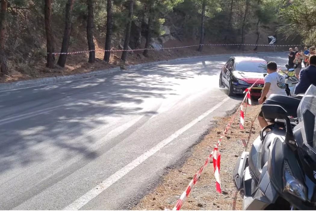 Παραλίγο τραγωδία στην Ανάβαση Πορταριάς – Αυτοκίνητο έπεσε πάνω σε θεατή! (vid)